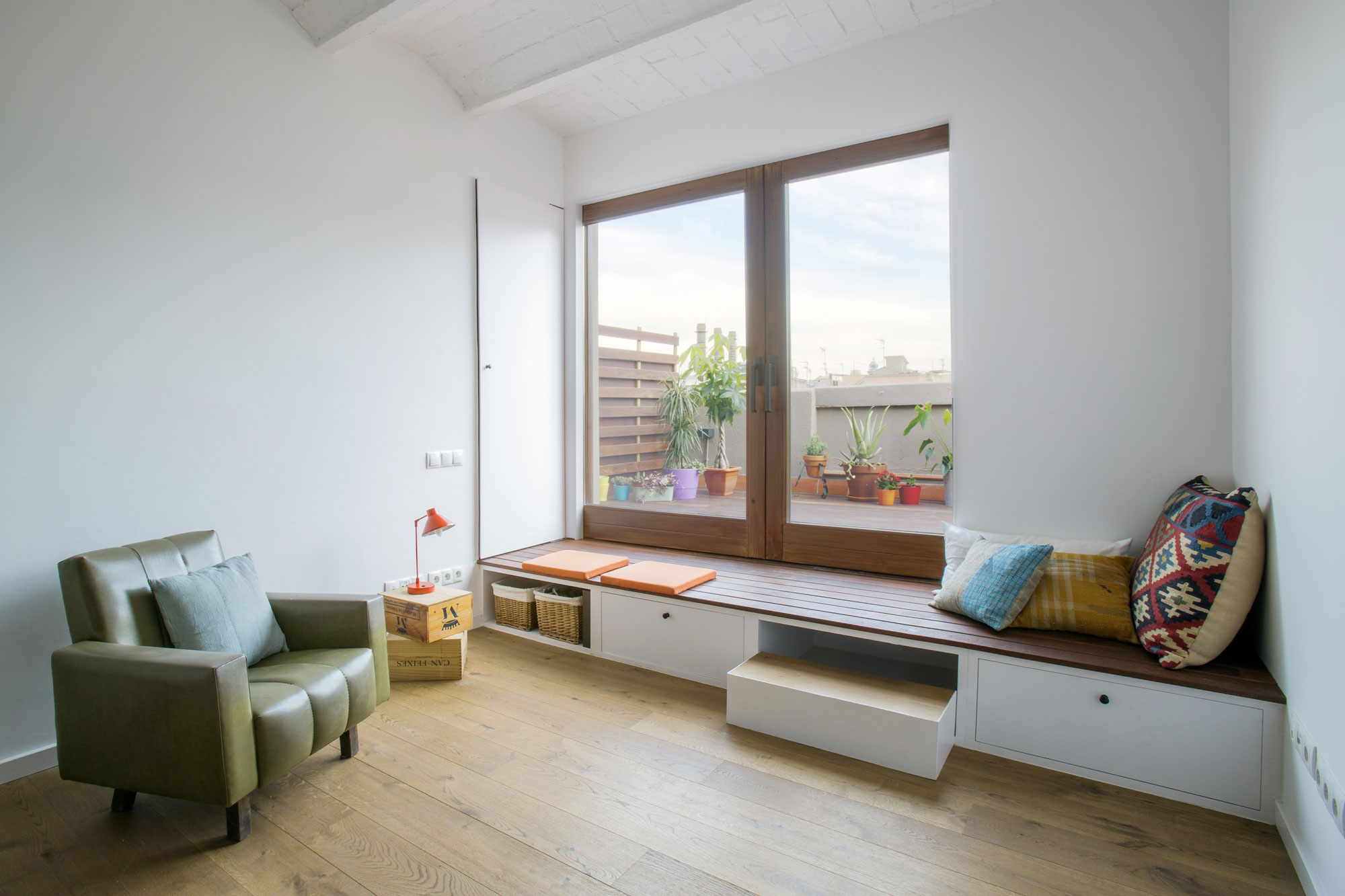 подоконник скамья в интерьере спальни