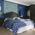 темный спальный гарнитур в интерьере спальни синих тонов