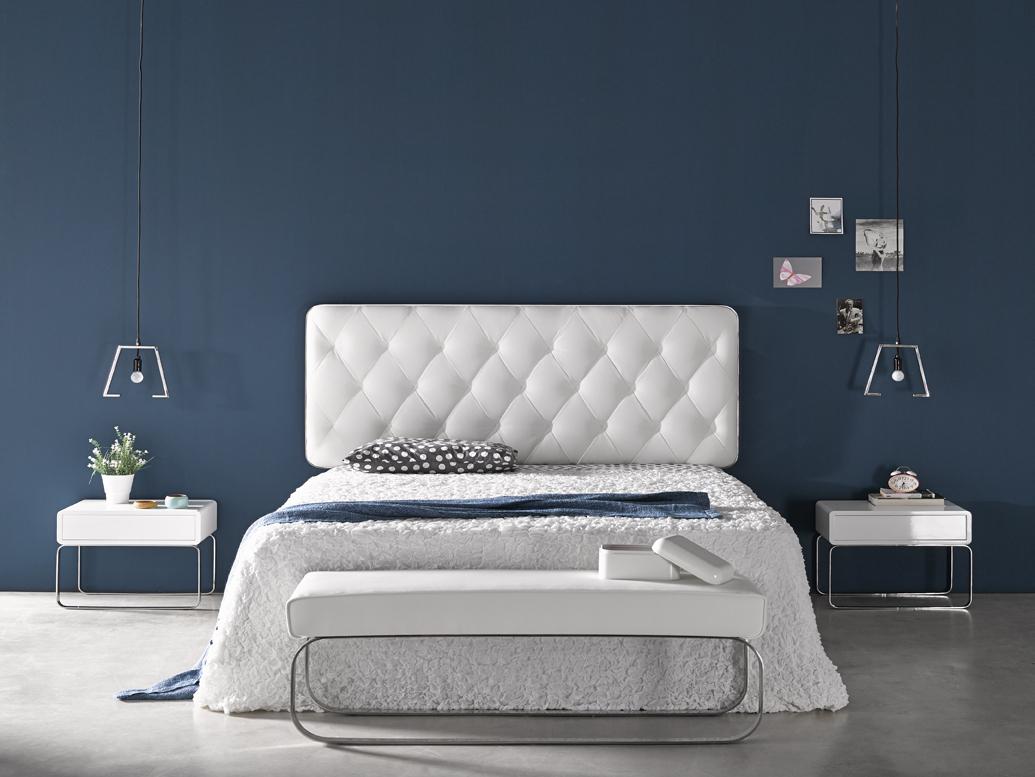 парные прикроватные столики в интерьере спальни