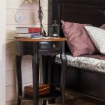 прикроватный столик на длинных деревянных ножках