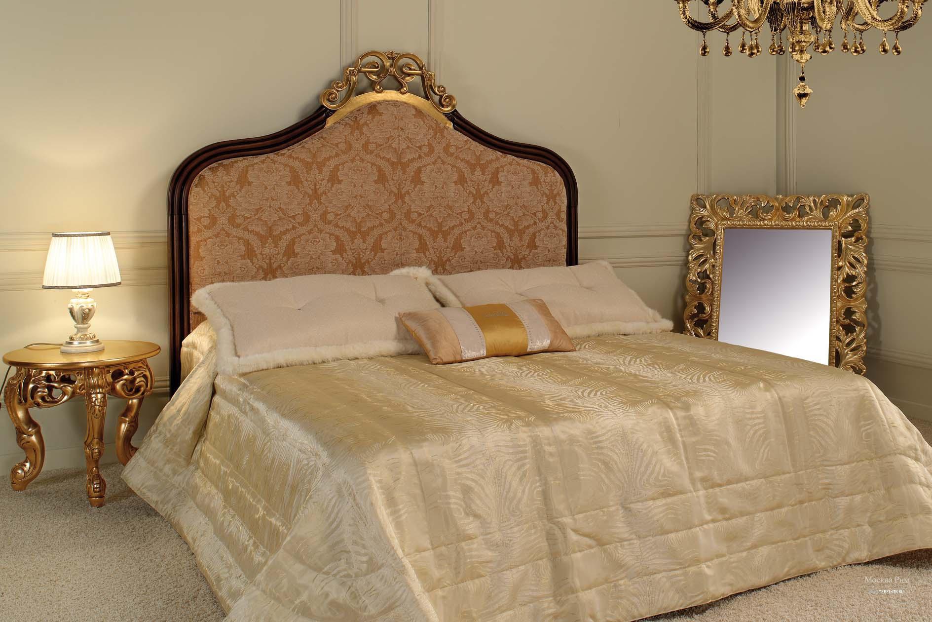 круглый золотистый прикроватный столик в интерьере классической спальни