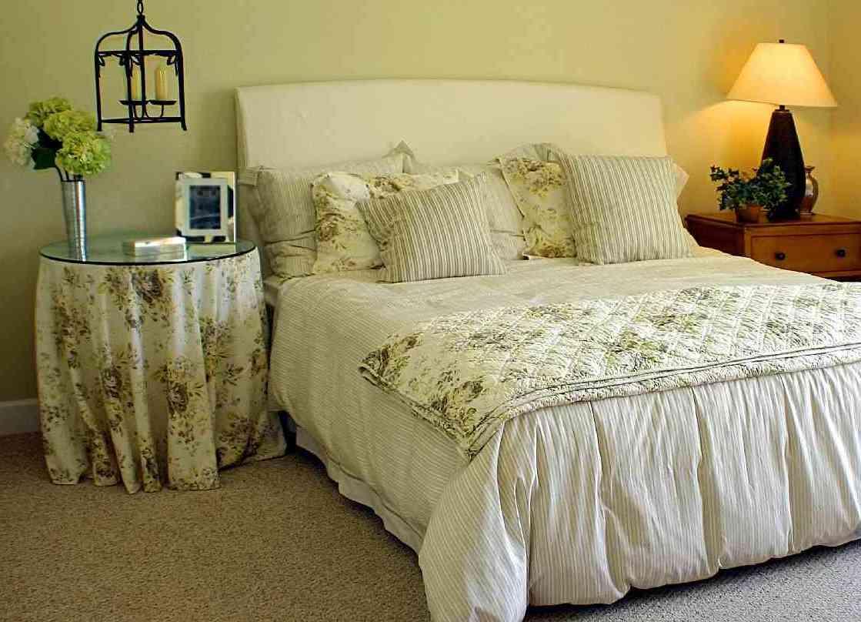 прикроватный столик круглый со скатертью в интерьере спальни