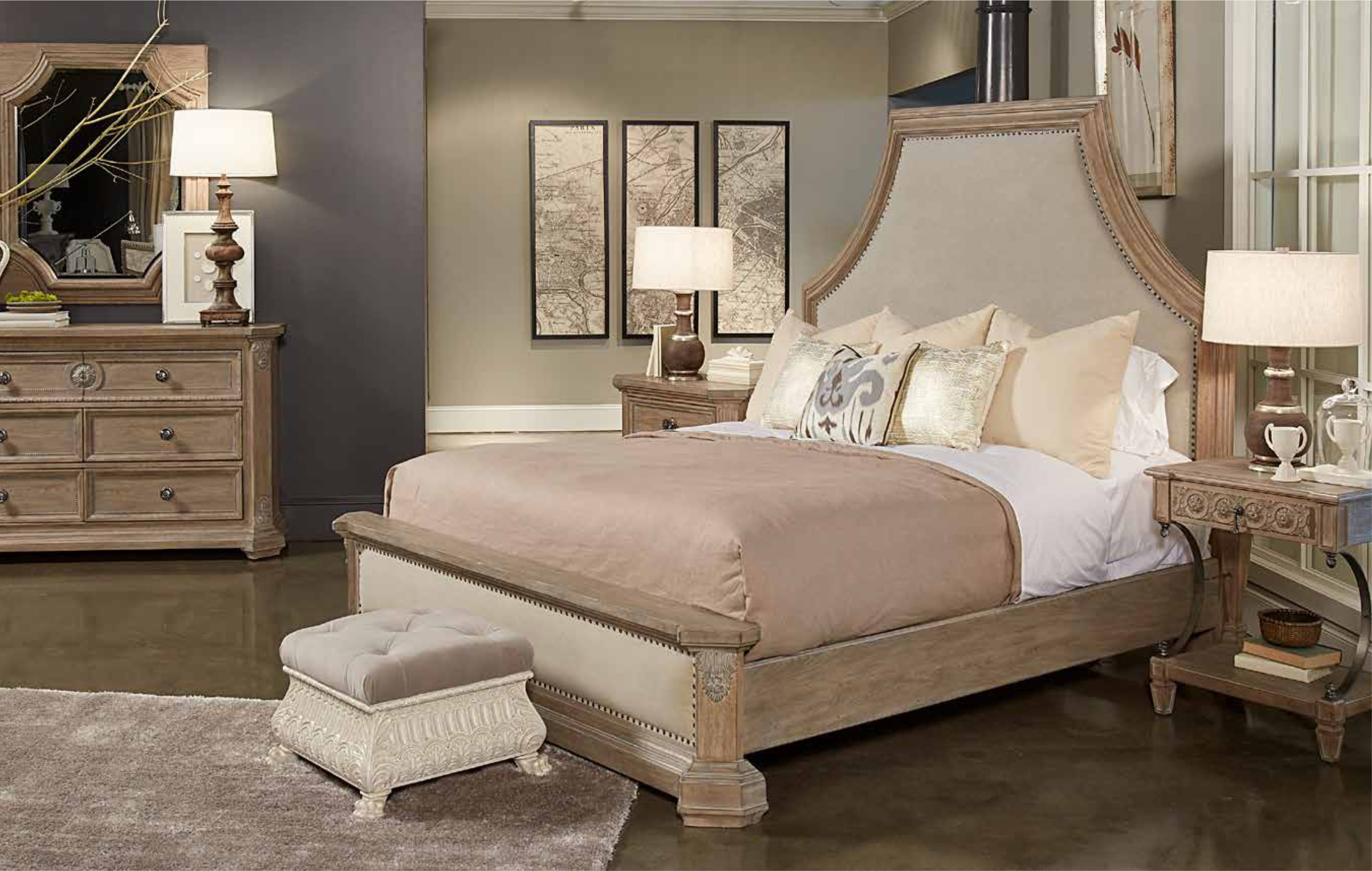 прикроватный столик резной в интерьере спальни