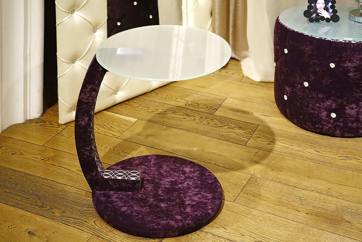 прикроватный столик в бархатном оформлении