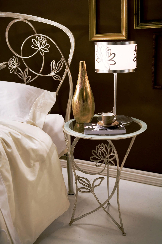 кованый прикроватный столик с зеркальной столешницей