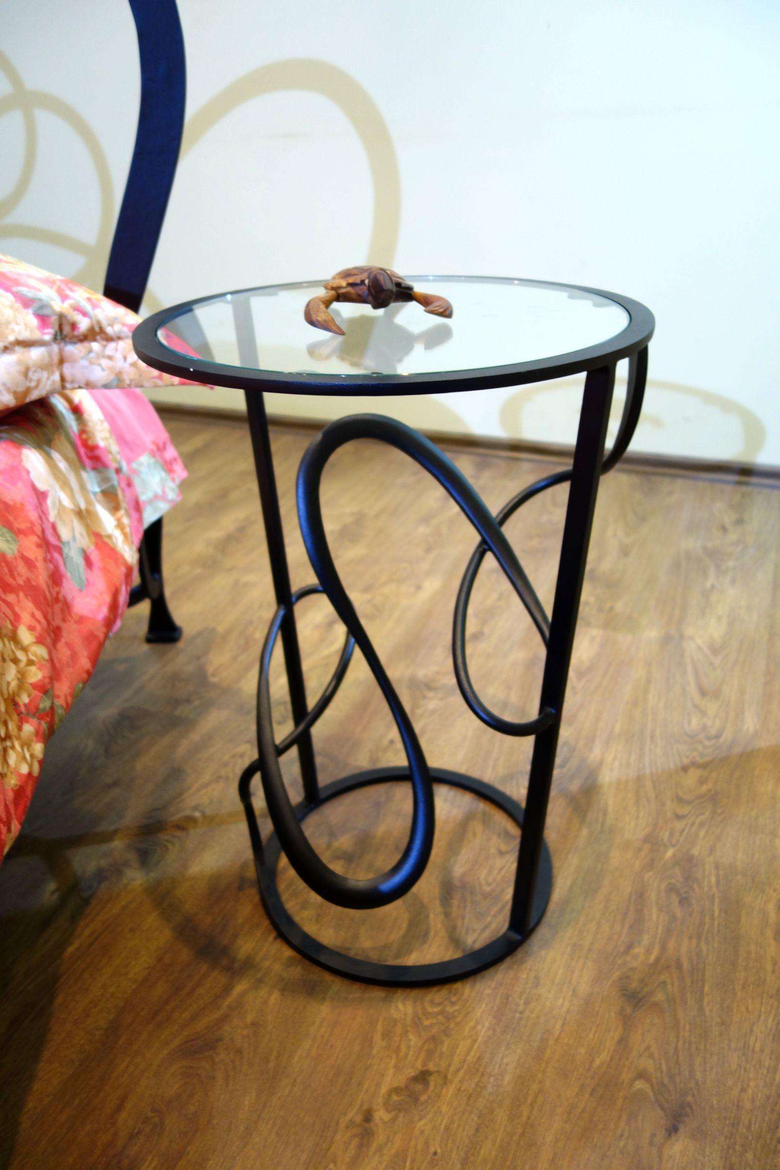 резной прикроватный столик со стеклянной поверхностью