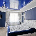 синяя спальня классик с плоским телевизором на стене