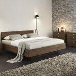 спальня экостиль с деревянной мебелью и темным полом