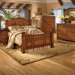 спальня кантри с деревянным гарнитуром