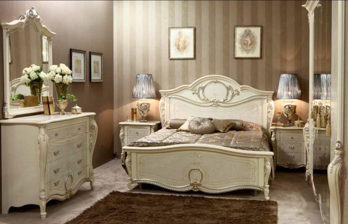 спальня классик выполненная с золотистыми элементами декора