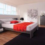 спальня минимализм с красным покрывалом