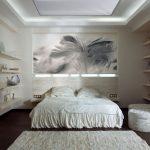 спальня пастельных оттенков с фотообоями перо