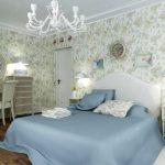 спальня прованс с голубыми отенками со стенами в мелкий цветок