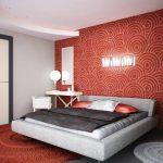спальня с красной стеной с узорами