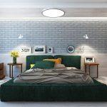 спальня с зеленой кроватью и кирпичной стеной