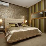 спальня с разными обоями и большим зеркалом на стене