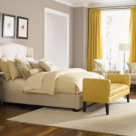 спальня с желтыми элементами декора