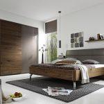 серая спальня со встроенным шкафом