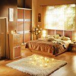 спальня теплых оттенков со встроенным шкафом и окном у изголовья кровати