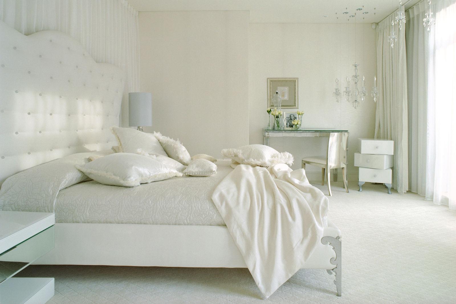 белая спальня в нежных тонах