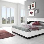 спальня в стиле модерн с красными пуфиками