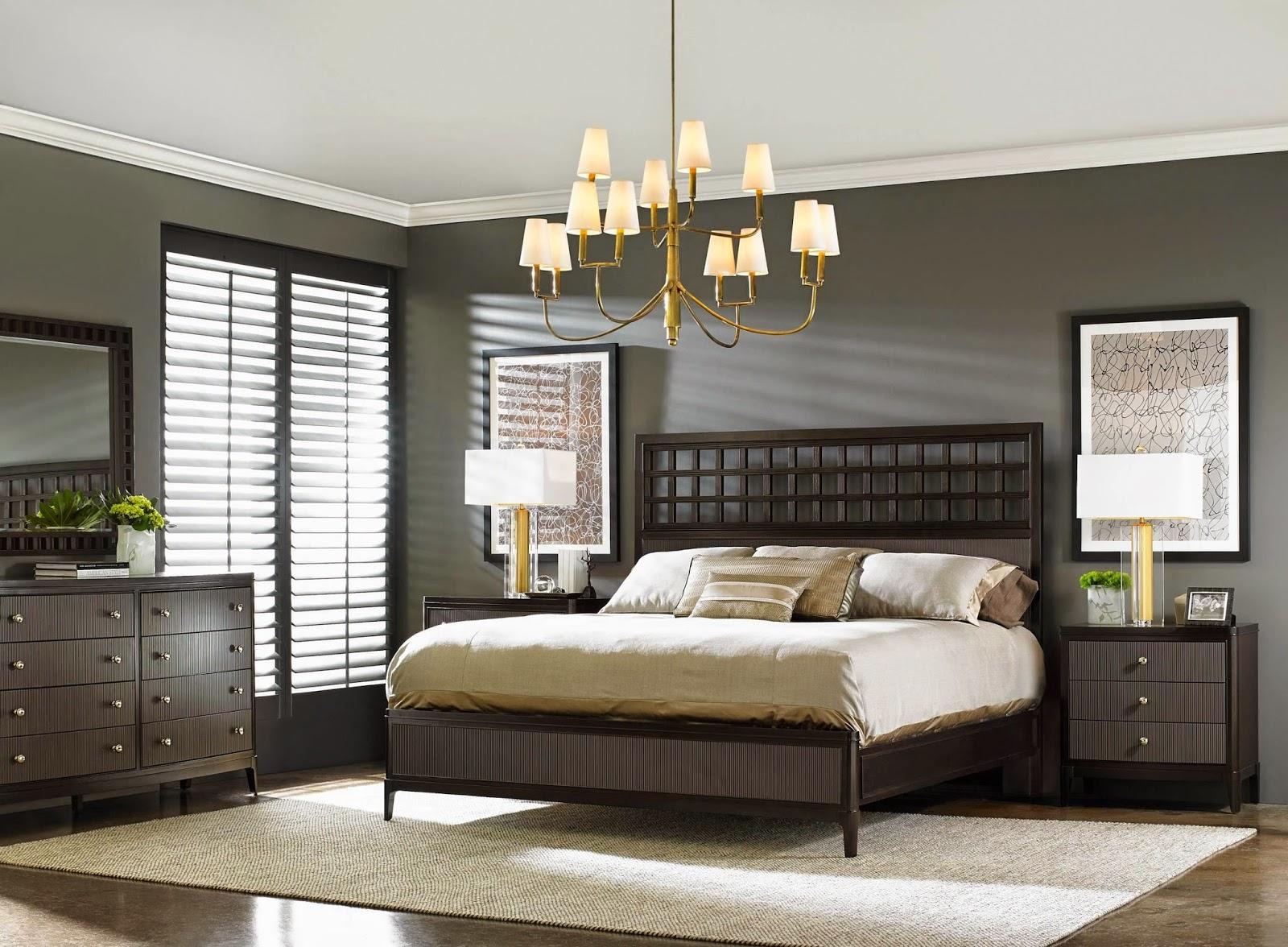 светлое покрывало на темной кровати в интерьере спальни