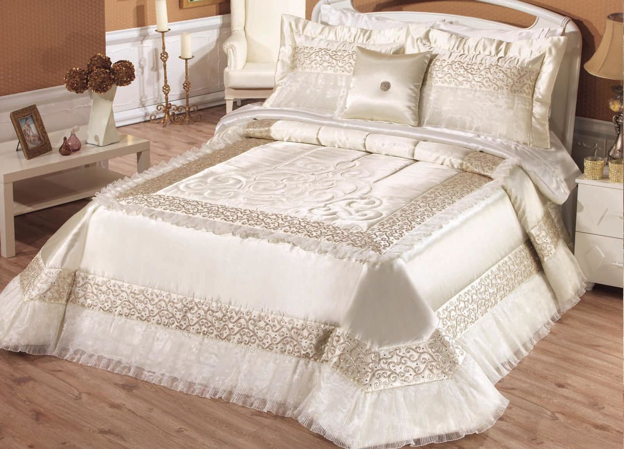 текстиль покрывало и подушки на кровати
