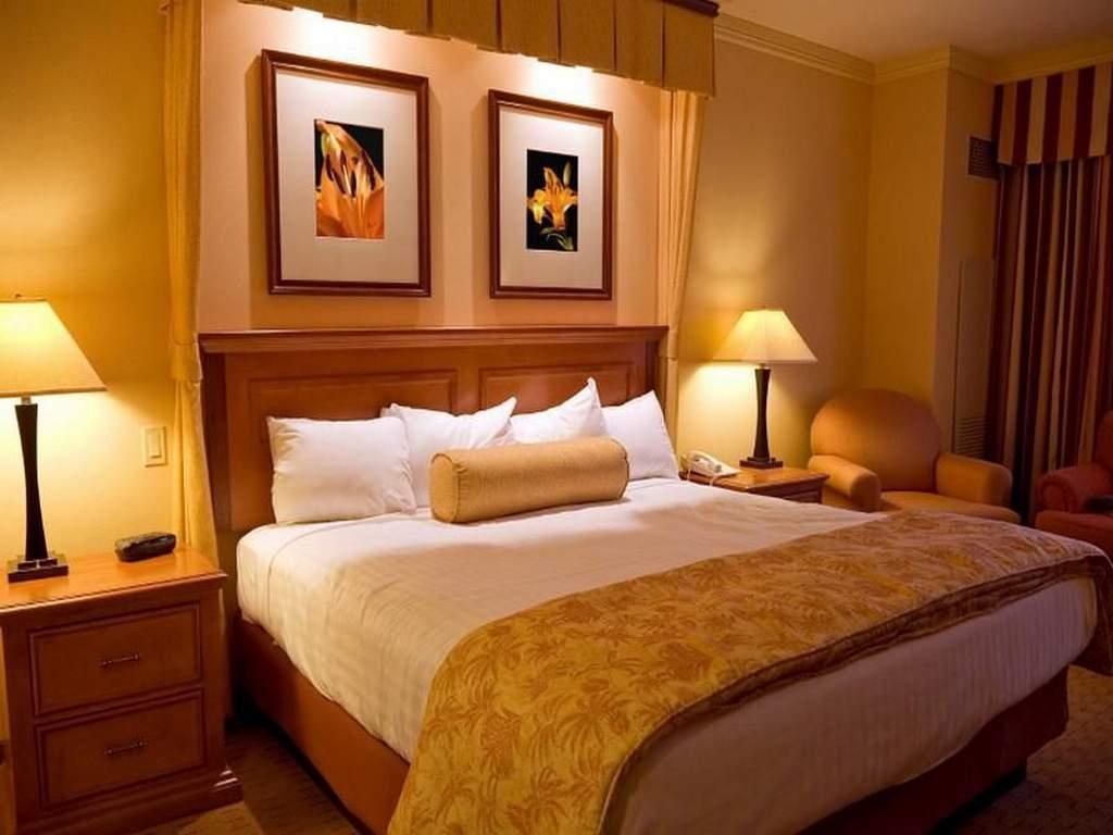 теплое освещение в спальне