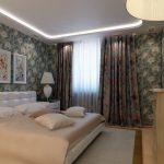 цветочные обои и занавески в спальне