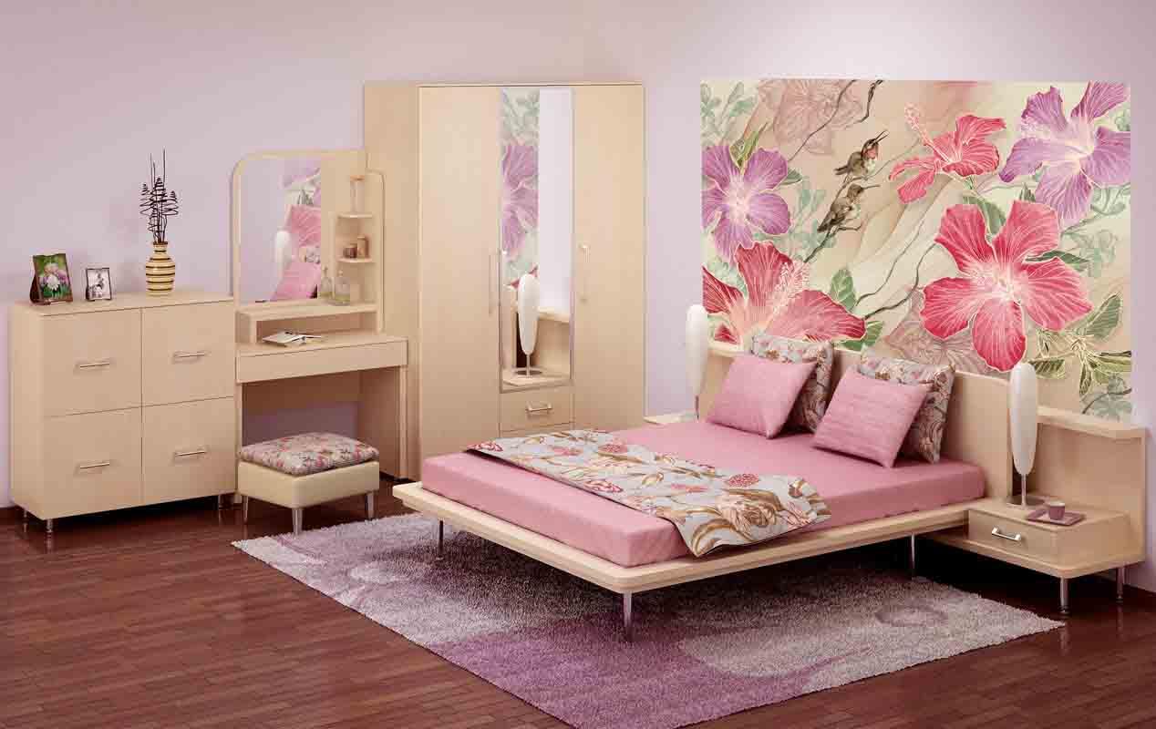 Бежевый спальный гарнитур в розовом интерьере