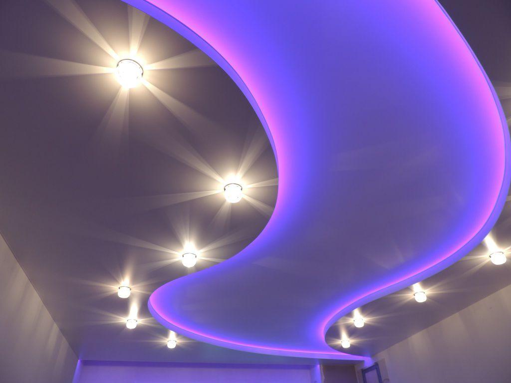 светящийся натяжной потолок с узором