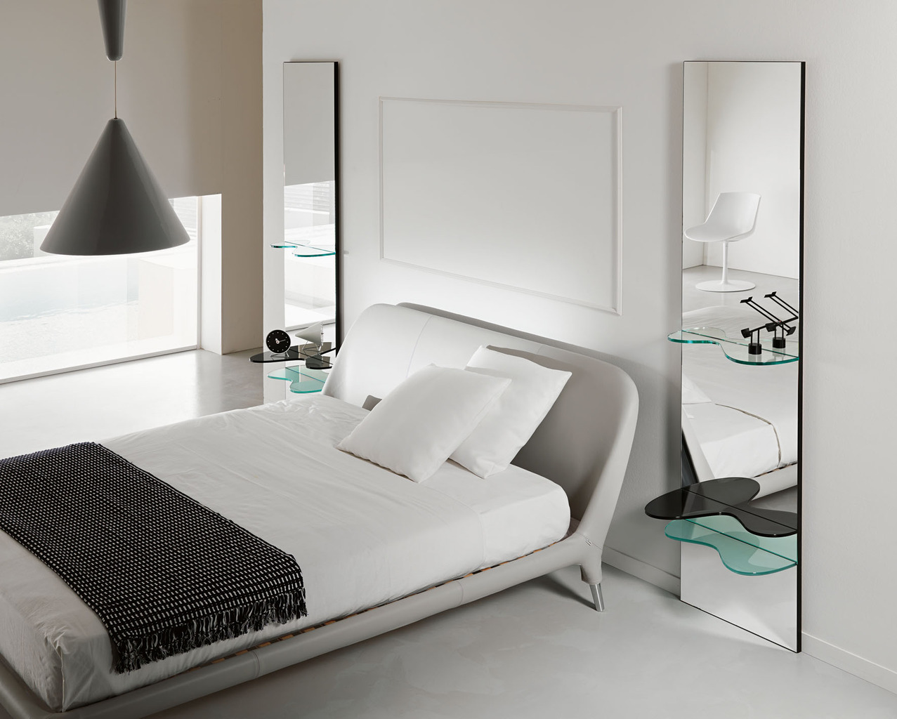 зеркала по бокам кровати в стиле минимализм