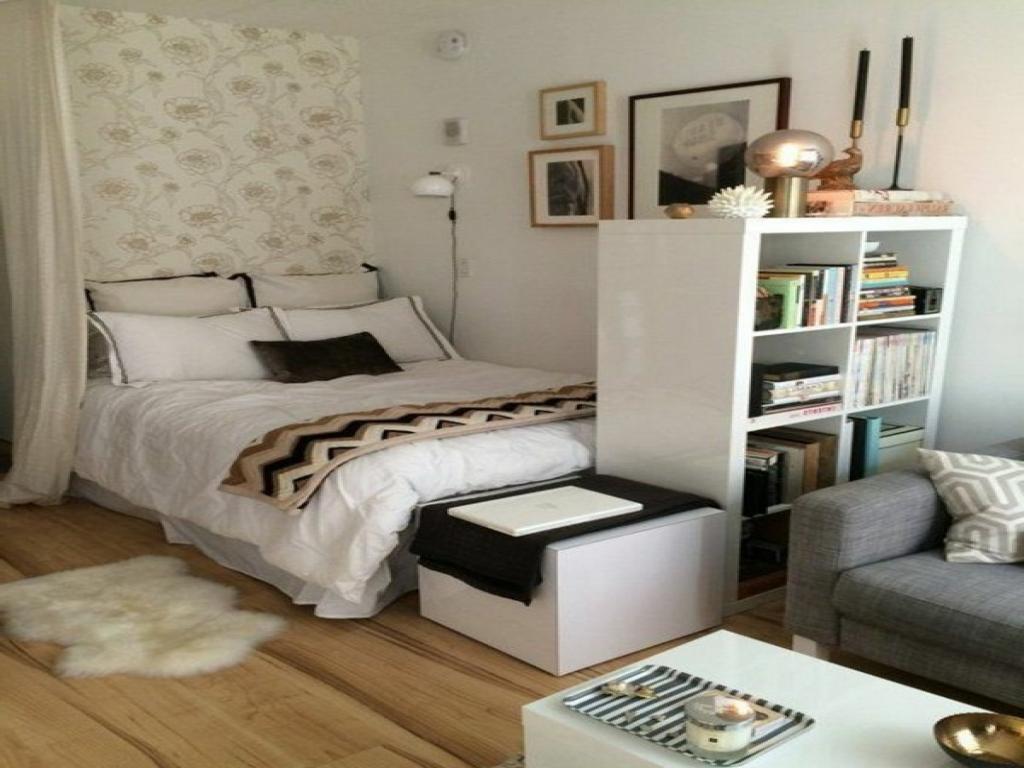 зонирование спальни с помощью полок