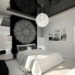 интерьер спальни в черно-белых тонах с круглой люстрой на глянцевом черном потолке
