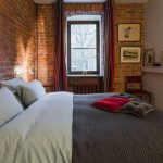 дизайн интерьера спальни с кирпичной стеной