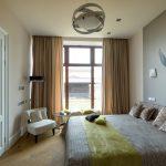 дизайн интерьера спальни с птицей на стене