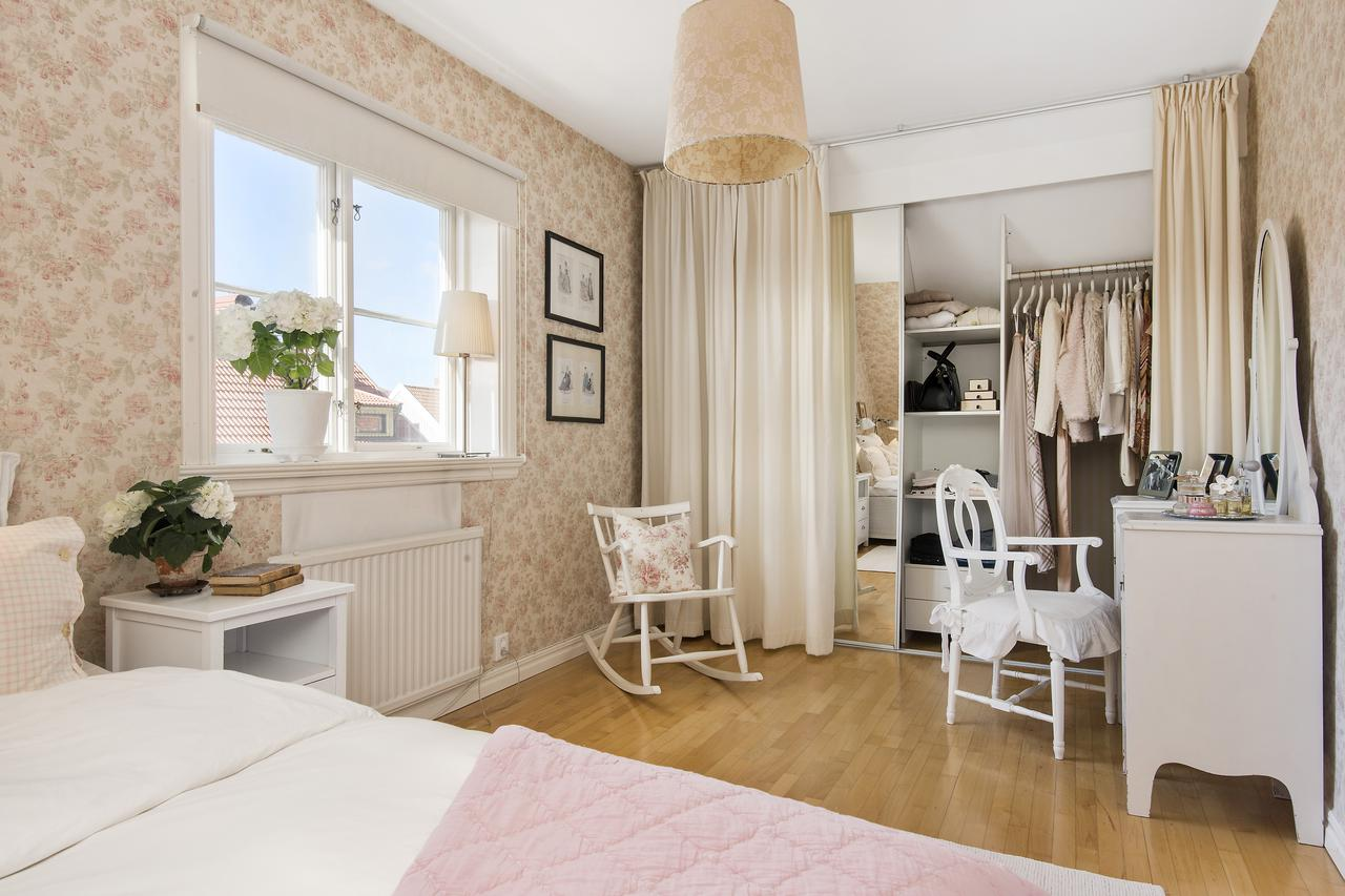 гардеробная в спальне за ширмой