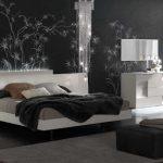 интерьер спальни с черной стеной, стиль хай-тек
