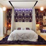 интерьер спальни с ширмой над кроватью фиолетовым декором