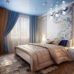 интерьер спальни в сине-бежевом цвете с росписной стеной над кроватью
