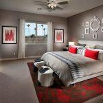интерьер спальни с серыми стенами и красным декором