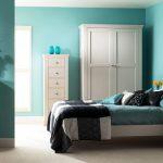 интерьер спальни с белой мебелью и бирюзовыми стенами