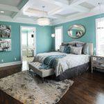 интерьер спальни с бирюзовыми стенами