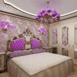 интерьер спальни в классическом стиле с сиреневыми элементами декора и люстрой