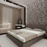 интерьер спальни в серых тонах и разными обоями