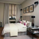 интерьер спальни в современном стиле и картинами над кроватью
