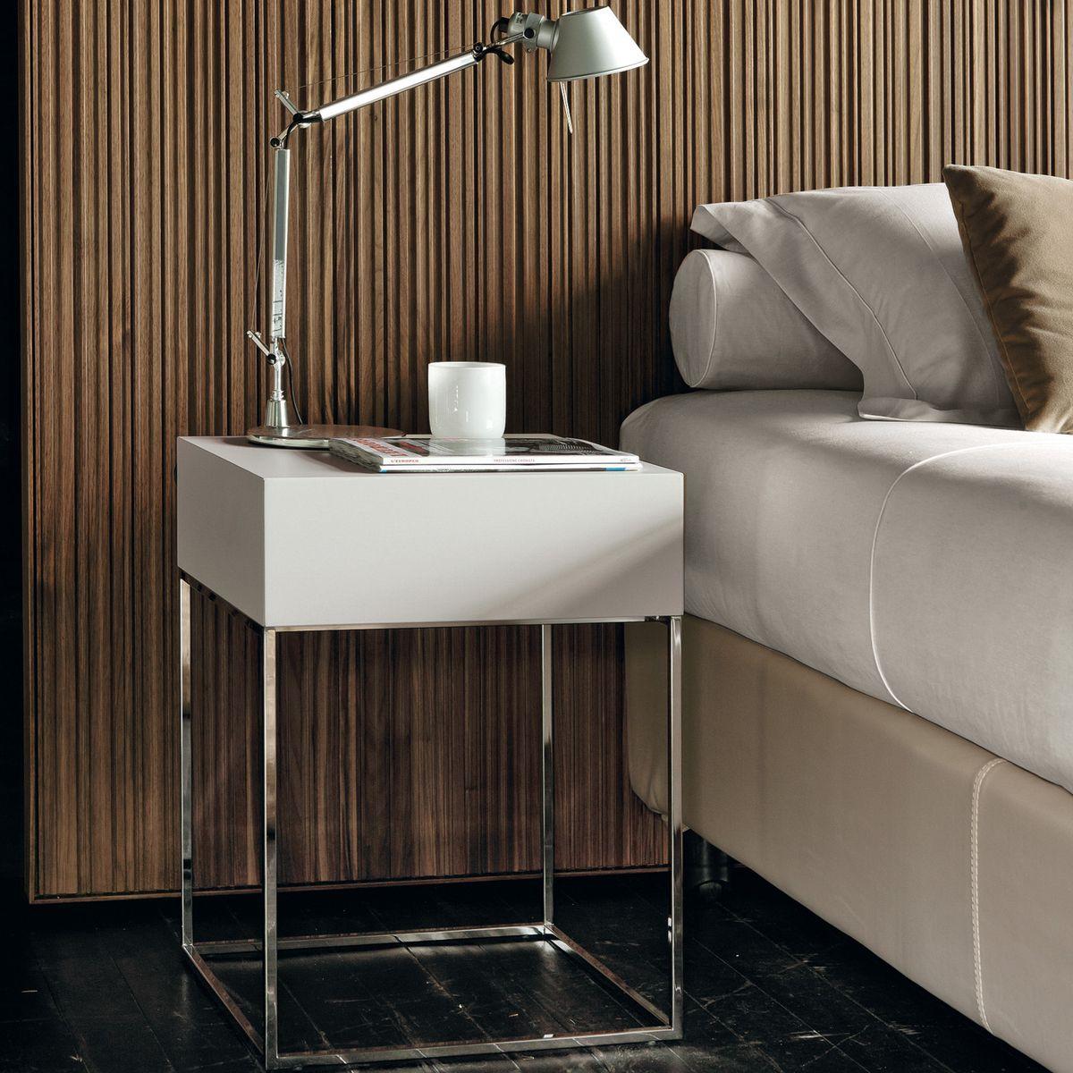 металлический столик с белой столешницей
