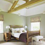 прикроватный стол в интерьере оливковой спальни