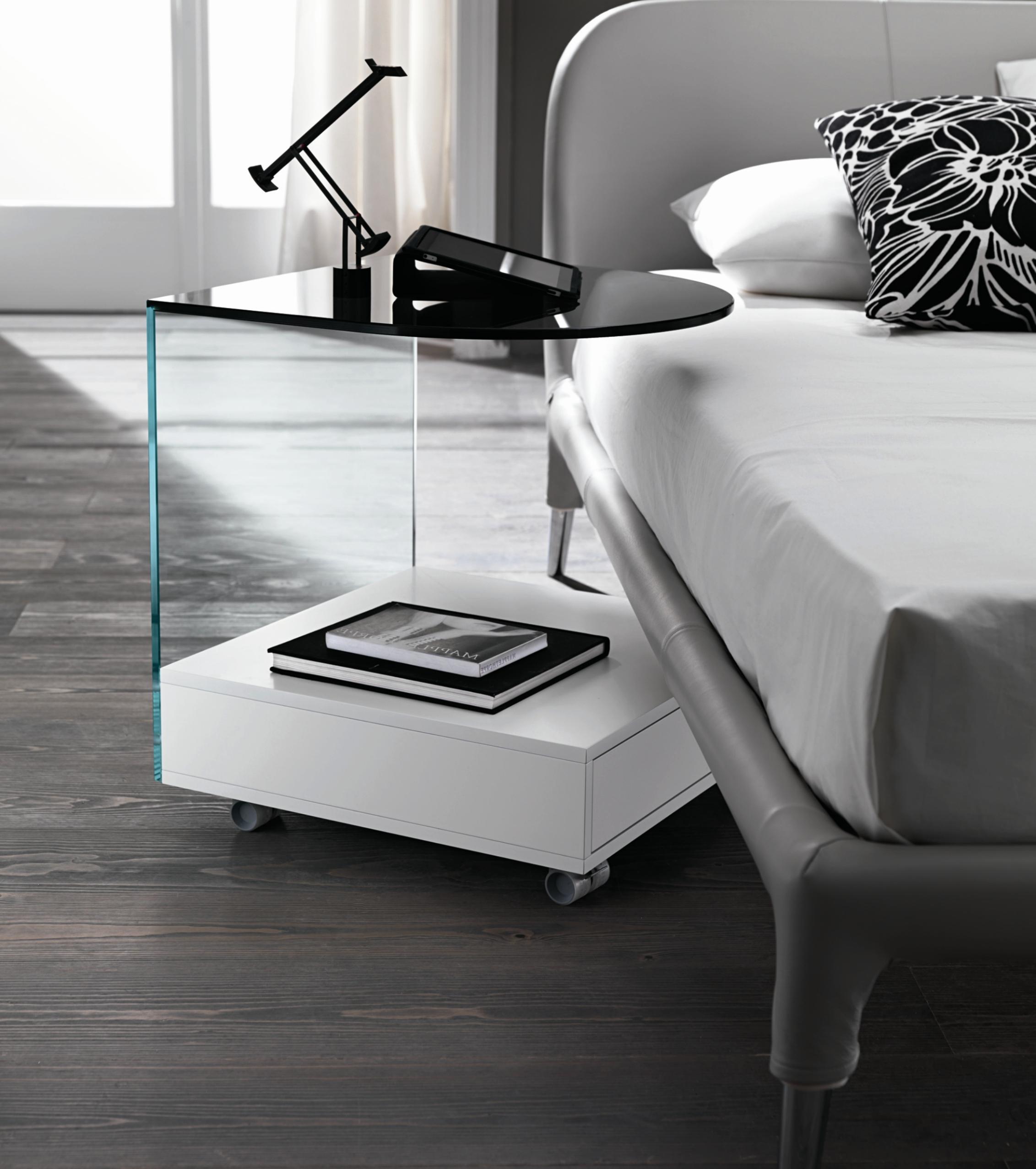 пластиковый столик из стекла с полкой внизу