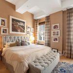 дизайн спальни с картинами на стене